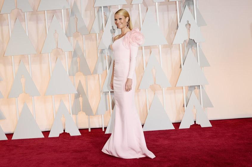 Gwyneth Paltrow in Ralph & Russo Couture: romantica e moderna al tempo stesso, fasciata da un abito rosa monospalla